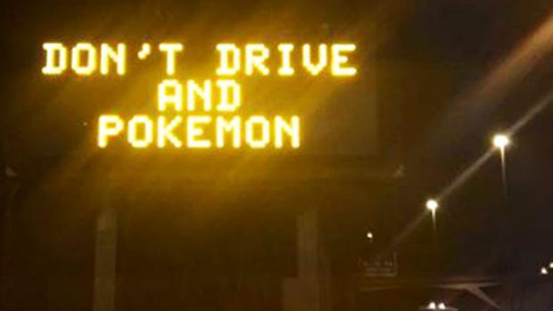 Đâm xe vào tường vì mải săn Pokémon - 3