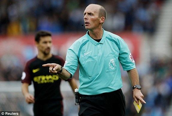Trọng tài chính Mike Dean điều khiển trận đấu giữa Stoke và Man City