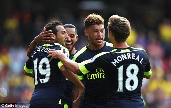 Các cầu thủ Arsenal ăn mừng bàn thắng mở tỉ số của Cazorla