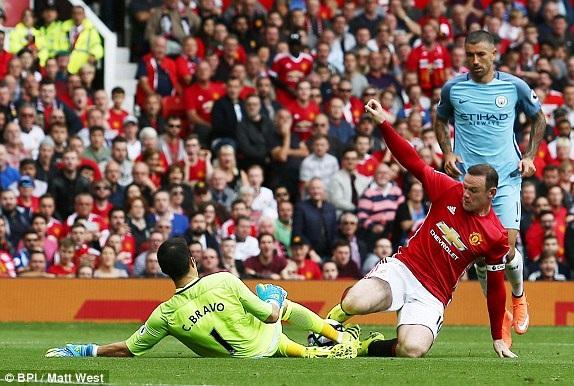 Pha vào bóng đầy nguy hiểm của Bravo với Rooney