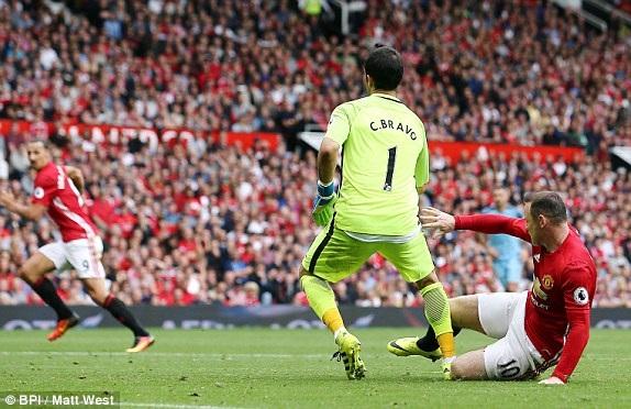 Rooney nhận thẻ vàng sau khi đốn hạ Rooney