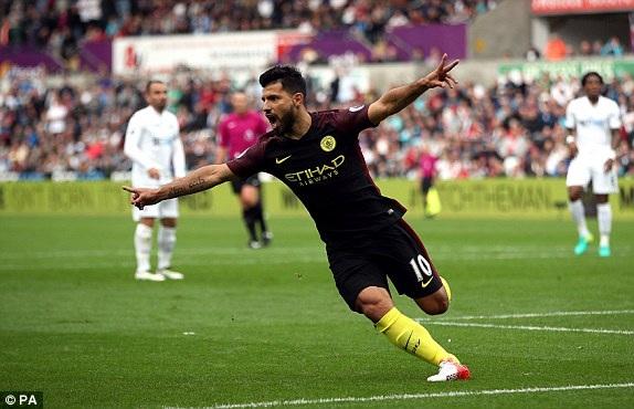Aguero vui mừng sau khi ghi bàn mở tỉ số