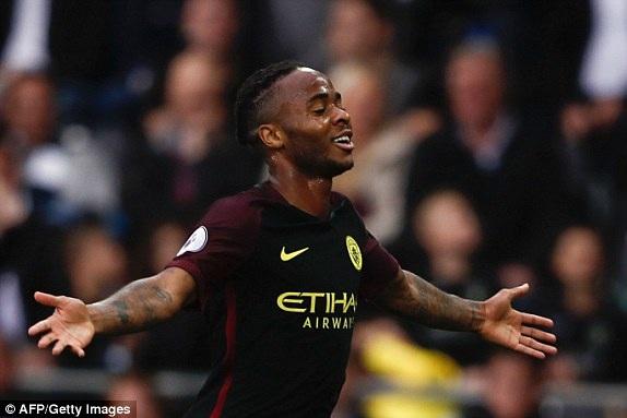 Sterling ăn mừng sau khi ghi bàn thắng vào lưới Swansea