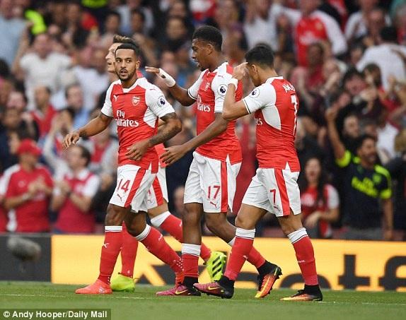 Các cầu thủ Arsenal ăn mừng bàn thắng của Walcott