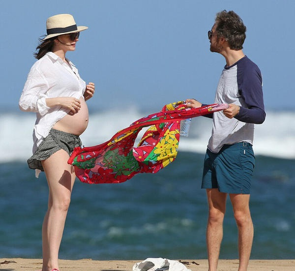 Kể từ khi mang thai, Anne Hathaway vắng mặt tại hầu hết các sự kiện của làng giải trí. Cô dành thời gian nghỉ ngơi, tĩnh dưỡng và chỉ tới phòng tập để duy trì sức khỏe.