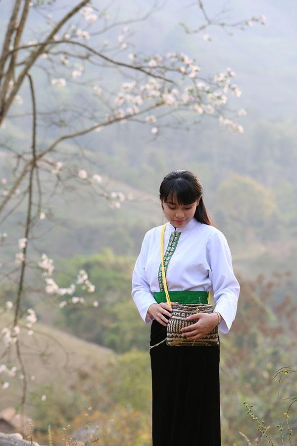 Thiếu nữ Thái e ấp bên hoa ban rừng tháng 3 - 5