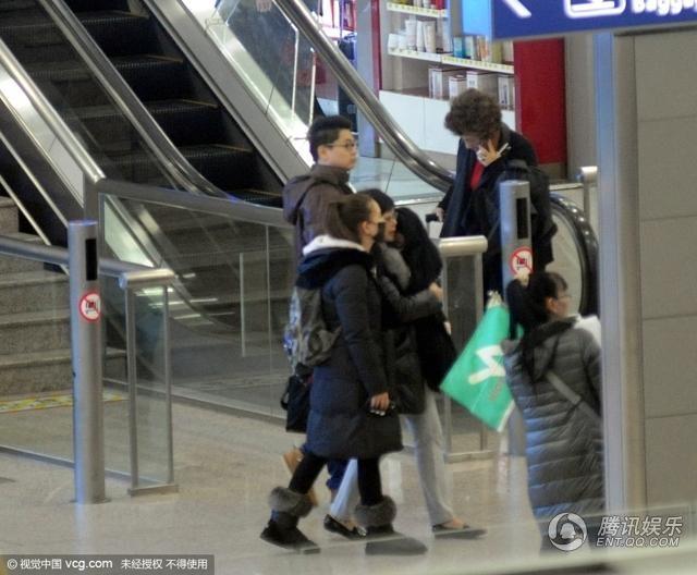 Vợ anh - Hannah cũng đeo khẩu trang và đi cạnh người trợ lý đang bế con gái nhỏ của cô và Châu Kiệt Luân. Cô bé Xiao Zhou Zhou Hathaway được bọc trong một chiếc áo khoác rộng thùng thình để tránh lọt vào ống kính của giới truyền thông.