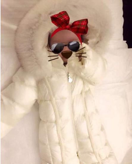 Cô bé Xiao Zhou Zhou Hathaway thường xuyên được cha mẹ chụp hình và đưa lên mạng để chia sẻ với người hâm mộ. Châu Kiệt Luân lựa chọn mạng xã hội để tiếp cận với người hâm mộ thay vì bán ảnh con gái cưng cho nhiều tạp chí.