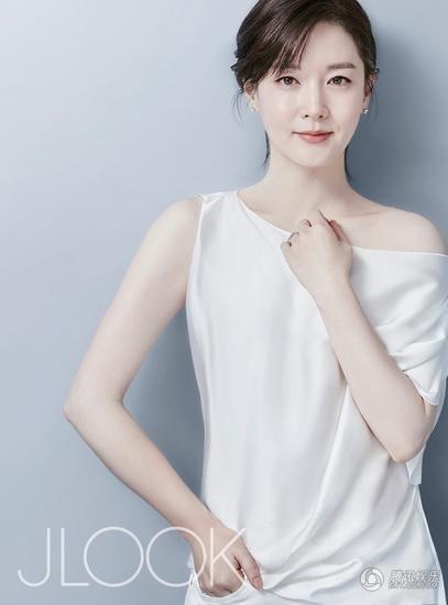 Lee Young Ae mới thực hiện một loạt hình ảnh mới cho tạp chí Jlook. Nữ diễn viên 45 tuổi khoe làn da sáng mịn không tì vết, nụ cười ngọt ngào và ánh mắt ngây thơ. Thật khó tin, cô đã 45 tuổi và là mẹ của hai đứa trẻ.