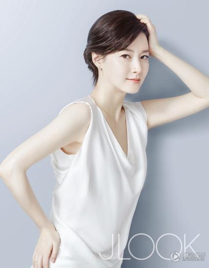 Lee Young Ae vốn được mệnh danh là một trong những mỹ nhân không tuổi của làng giải trí xứ kim chi. Nhờ sở hữu làn da tuyệt đẹp, bà mẹ hai con vẫn luôn được mời làm người mẫu cho nhiều nhãn hiệu mỹ phẩm cao cấp tại Hàn Quốc.
