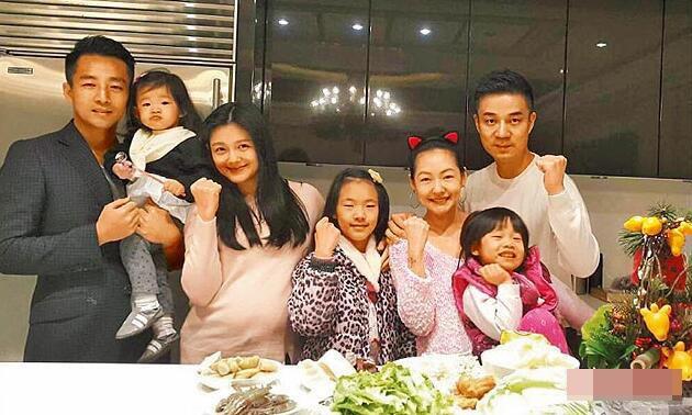 Vợ chồng Từ Hy Viên và gia đình của em gái cô, Từ Hy Đệ.