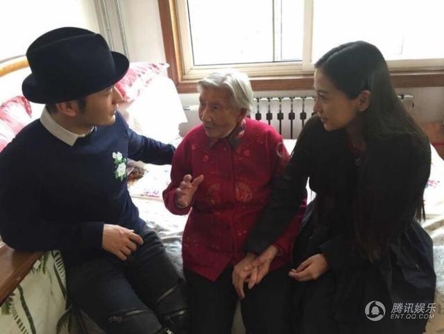 Cặp đôi nổi tiếng của làng giải trí Hoa ngữ đã dành thời gian trò chuyện, hỏi thăm, động viên và tặng quà cho một bà lão đang sống một mình.