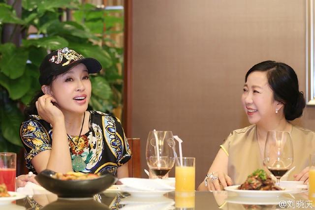Lưu Hiểu Khánh lập gia đình với một doanh nhân người Mỹ gốc Hoa vào năm 2013. Trước đó, bà đã có vài đời chồng nhưng không có con. Trong khi đó, người chồng hiện tại của bà cũng từng lập gia đình và có con riêng.