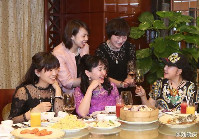 Lưu Hiểu Khánh nâng ly cùng vài người bạn. Bà tái hôn vào năm 2013 và sống chủ yếu tại Mỹ cùng chồng. Thỉnh thoảng, bà về Trung Quốc thăm bạn bè và kiểm tra công việc kinh doanh làm đẹp.