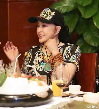 Lưu Hiểu Khánh tham dự một buổi tiệc cùng một nhóm bạn tại nhà hàng ở Trung Quốc, tháng 3/2016. Ngôi sao nổi tiếng ăn mặc rất trẻ trung và cá tính. Gương mặt trẻ trung khiến bà trở thành tâm điểm của bàn tiệc.