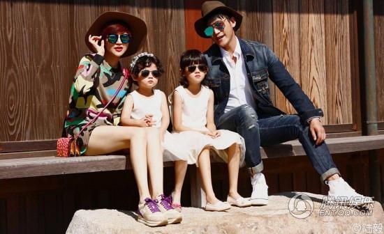 Lục Nghị, một trong những mỹ nam của làng giải trí Hoa ngữ, có cuộc sống hạnh phúc bên vợ, nữ diễn viên Bào Lôi và hai cô con gái xinh đẹp như thiên thần. Lục Nghi cho hay, ngoài lúc bận rộn với công việc, anh luôn dành thời gian bên gia đình. Những chuyến du lịch bốn người là sợi dây gắn kết các thành viên trong gia đình Lục Nghị - Bào Lôi.