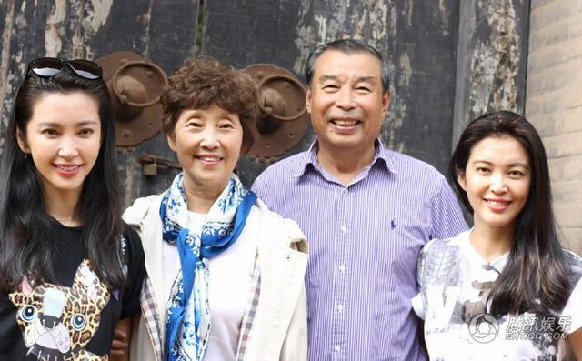 Chưa lập gia đình khi đã bước vào tuổi tứ tuần, Lý Băng Băng cho rằng, hạnh phúc lớn nhất của cô chính là ở bên cha mẹ và chị gái, đồng thời là người quản lý của cô.