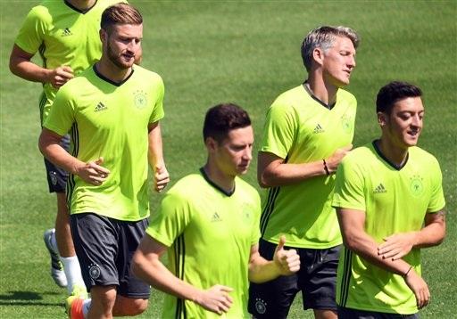 Shkodran Mustafi (trái qua phải), Julian Draxler, Bastian Schweinsteiger và Mesut Oezil