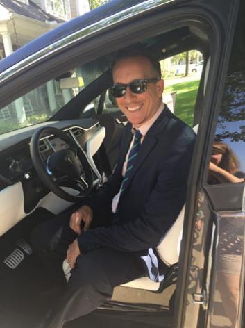 Luật sư Joshua Neally trên chiếc Tesla Model X của anh