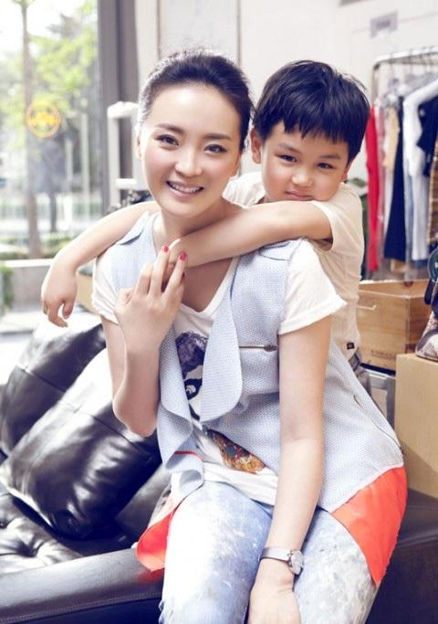 Con trai Vương Diễm năm nay 11 tuổi. Cậu bé rất quấn mẹ và có đam mê nghệ thuật giống mẹ. Vương Diễm cho biết, cô không phản đối nếu con trai muốn bước chân vào làng giải trí. Và thật may mắn, chồng cô cũng không phản đối suy nghĩ này của vợ.
