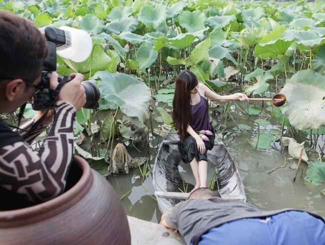 """Thiếu nữ Hà thành """"lăn lê bò toài"""" chụp ảnh cùng sen - 17"""