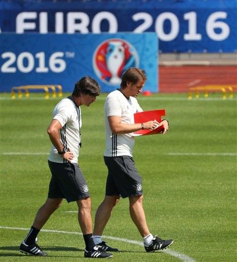 Joachim Loew (trái) trao đổi với trợ lý Thomas Schneider. Chiến lược gia của tuyển Đức không còn cười đùa trên sân tập như ở buổi tập cuối của các trận đấu của Đức ở vòng bảng. Rõ ràng việc phải đối đầu với một đội bóng lớn như Italia khiến Loew đau đầu hơn