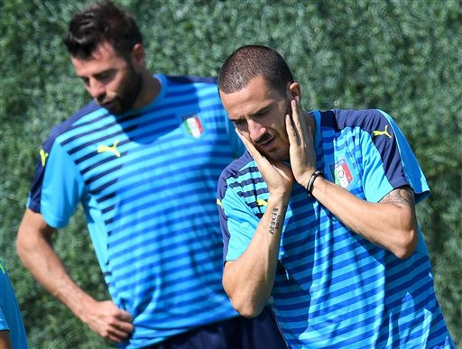 Hậu vệ Leonardo Bonucci (phải)