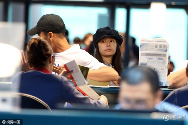 Gương mặt của nữ diễn viên nổi tiếng hầu như không trang điểm. Sau đám cưới vào tuần trước, Lâm Tâm Như đã để lộ vòng hai khá to tại sân bay ở Indonesia. Có thông tin cho hay, Nàng Hạ Tử Vy đang mang thai 5 tháng.