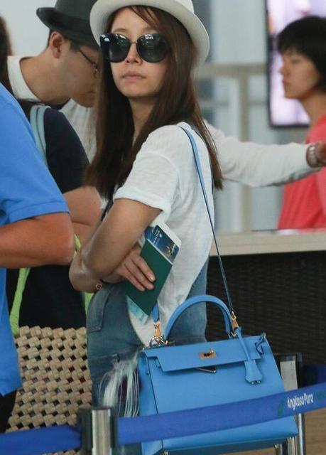 Nữ diễn viên nổi tiếng để lộ vòng hai lùm lùm tại sân bay ở Indonesia, ngày 1/8.