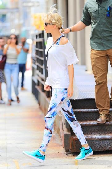 Taylor Swift lọt vào tầm ngắm của giới săn tin khi xuống phố trong trang phục thể thao khỏe khoắn để tới phòng tập.