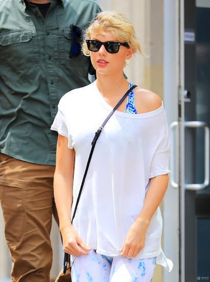 Nữ ca sĩ nổi tiếng diện áo phông lệch vai.