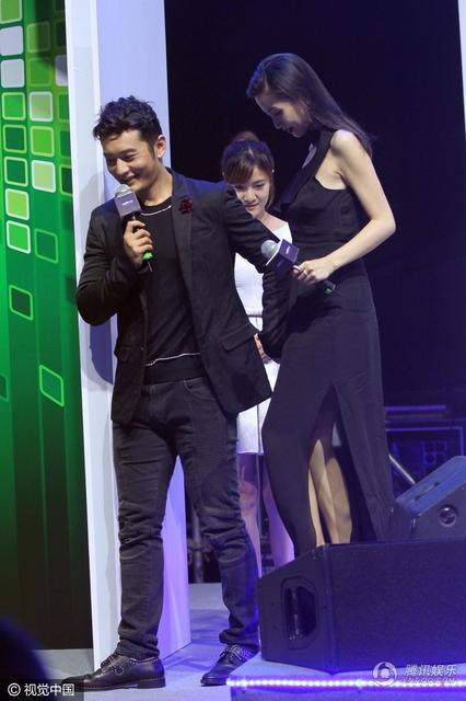 """Huỳnh Hiểu Minh nắm chặt tay """"bà xã"""" Angelababy trên sân khấu - 5"""