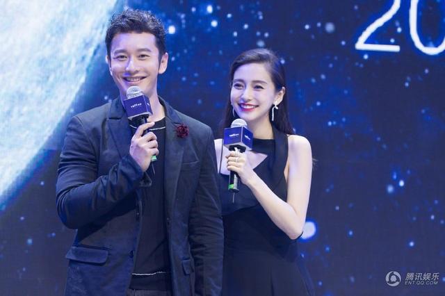 Angelababy và Huỳnh Hiểu Minh cùng xuất hiện trên sân khấu của một sự kiện, ngày 22/9. Trông cả hai rất đẹp đôi!