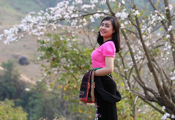 Thiếu nữ Thái e ấp bên hoa ban rừng tháng 3 - 6
