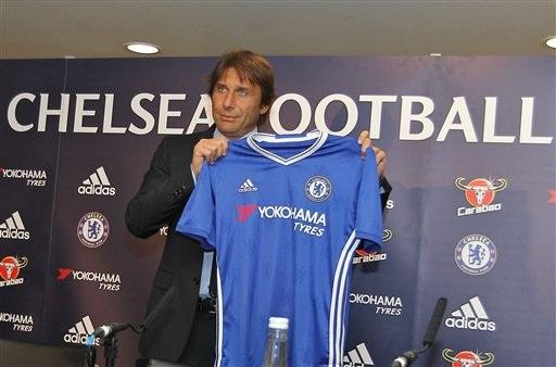 Vị chiến lược gia của Chelsea giơ chiếc áo đấu của đội bóng ở mùa giải mới