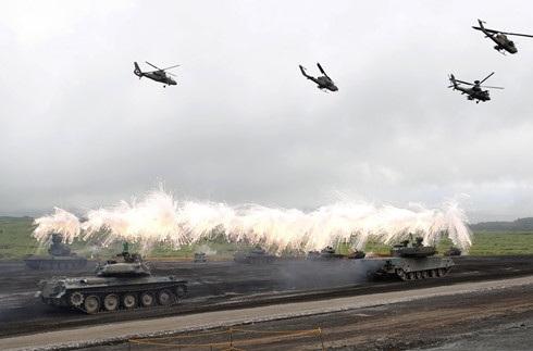 Xe tăng và trực thăng Nhật Bản tham gia một cuộc tập trận. Ảnh: Reuters