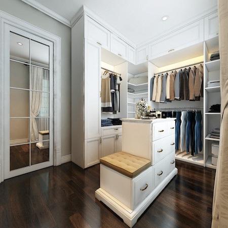 Bên cạnh phòng ngủ bố mẹ là phòng thay đồ rộng 10m2. Đây là một yêu cầu không thể thiếu trong 1 căn nhà sang trọng.