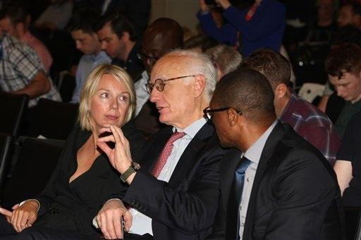 Bruce Buck (giữa), Chủ tịch Chelsea cũng có mặt ở buổi họp báo ra mắt vị HLV của đội bóng