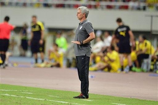 Mourinho vẫn đầy nỗ lực truyền lửa cho học trò bất chấp việc các cầu thủ trên sân không thu nhận được nhiều ý tứ chiến thuật của chiến lược gia này