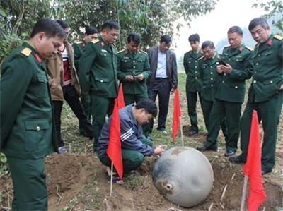 Các cơ quan chức năng của Quân khu 2, Bộ CHQS tỉnh Tuyên Quang kiểm tra vật thể tại hiện trường