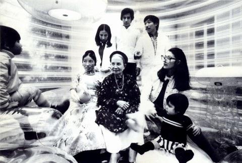 Quasar Khanh cùng với gia đình cổ điển Bắc Kỳ trong ngôi nhà bằng đệm hơi kỳ ảo