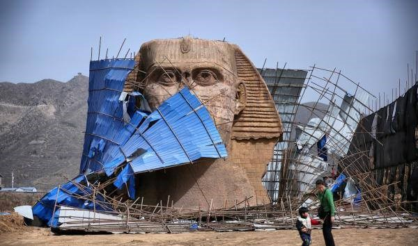 Những gì còn lại của bức tượng sau khi nó bị phá bỏ. (Nguồn: CCTVNews).     Theo Vietnamplus