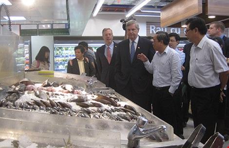 Bộ trưởng Nông nghiệp Mỹ Tom Vilsack (áo veste, thứ ba từ phải qua) hồi tháng 4 vừa qua đã đi tìm hiểu các mặt hàng nông sản được bày bán tại một siêu thị ở TP.HCM. Ông cho biết nhiều DN Mỹ muốn đầu tư tại Việt Nam, nhất là vào nông nghiệp. Ảnh: QH