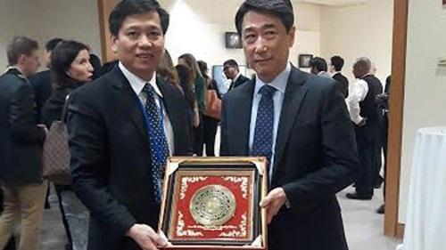 Đồng chí Nguyễn Long Hải tặng quà cho ngài Oh Joon - Chủ tịch Hội đồng ECOSOC, Liên Hợp Quốc.