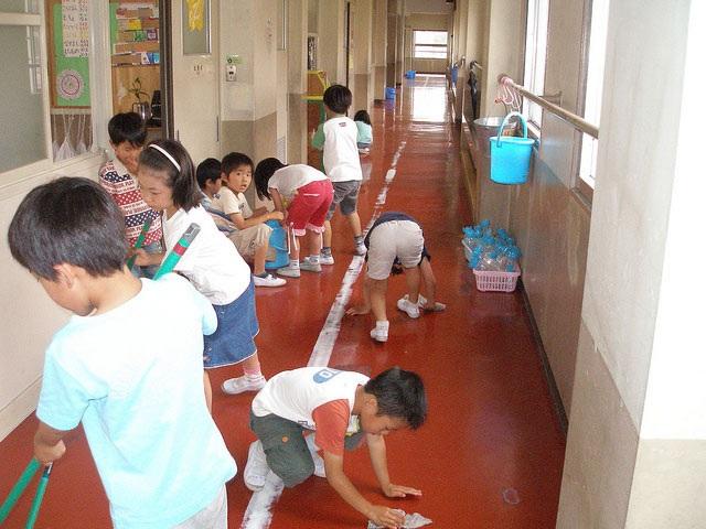 Duy trì thói quen dọn vệ sinh là cách người Nhật giáo dục trẻ ý thức không xả rác bừa bãi (Ảnh: Japan Times)