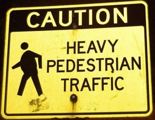 Biển cảnh báo có người đi bộ thừa cân tham gia giao thông.
