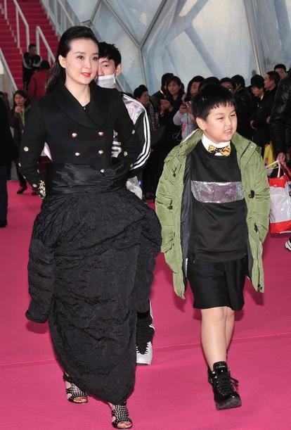 Vì trời rất lạnh nên Vương Diễm quấn thêm một cái ái khoác ở dưới chân để tránh rét. Bộ trang phục của cô vì thế trông rất buồn cười.