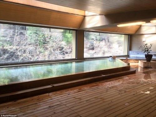 Khách sạn có 6 bể tắm suối nước nóng tự nhiên và hai bể tắm nước nóng trong nhà.