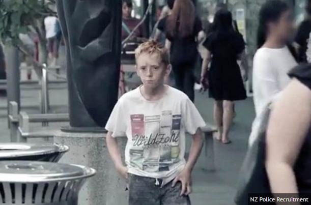 Cậu bé bên thùng rác và sự lạnh lùng của người qua đường - 2