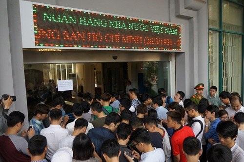 Rất đông người dân đã có mặt tại trụ sở Ngân hàng Nhà nước Việt Nam từ sớm để xếp hàng vào mua tiền.